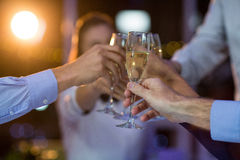 Grupp av businesspeople som rostar exponeringsglas av champagne Royaltyfri Bild