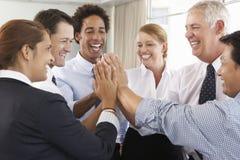 Grupp av Businesspeople som sammanfogar händer i cirkel på företaget Semin Royaltyfri Fotografi