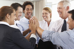 Grupp av Businesspeople som sammanfogar händer i cirkel på företagsseminariet Arkivbild