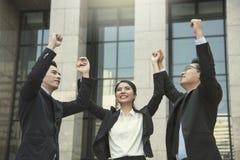 Grupp av businesspeoplehänder upp begreppsteamworkberöm royaltyfri fotografi