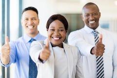 Grupp av businesspeopletummar upp royaltyfri fotografi