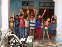Grupp av bybarn i ett glat lynne royaltyfri foto