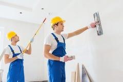 Grupp av byggmästare med hjälpmedel inomhus arkivfoton