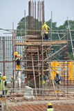 Grupp av byggnadsarbetaren som fabricerar kolonnformwork Royaltyfria Foton