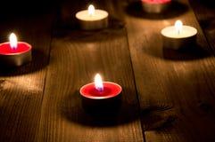Grupp av candels som bränner i natten Arkivfoton