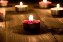 Grupp av candels som bränner i natten Royaltyfri Fotografi