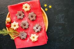 Grupp av choklad- och vaniljlinzerkakor i en platta överkant VI royaltyfri fotografi