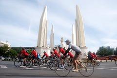 Grupp av cyklar i fri dag för bil, Bangkok, Thailand Fotografering för Bildbyråer