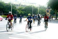 Grupp av cyklar i fri dag för bil, Bangkok, Thailand Arkivbilder