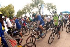 Grupp av cyklar i fri dag för bil, Bangkok, Thailand Arkivfoton