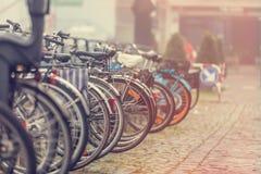 Grupp av cyklar i parkering Royaltyfri Bild