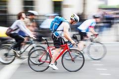 Grupp av cyklister i staden i rörelsesuddighet Arkivbilder
