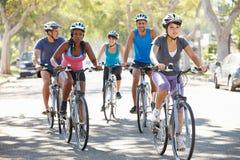 Grupp av cyklister på den förorts- gatan Royaltyfri Bild