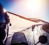Grupp av cyklister på den snöig vägen Fotografering för Bildbyråer