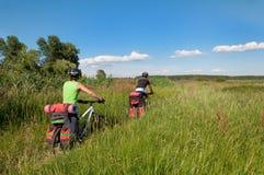 Grupp av cyklister på mountainbikeritter igenom Arkivfoto