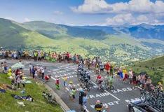 Grupp av cyklister på sänkan de Peyresourde - Tour de France 2014 Royaltyfria Bilder