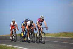 Grupp av cyklister som klättrar Cindrel berg Arkivfoto