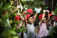 Grupp av dagisungar som lär att arbeta i trädgården utomhus fotografering för bildbyråer