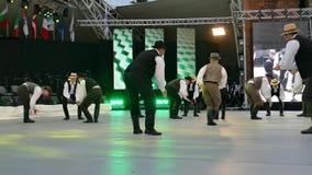 Grupp av dansare från Ungern i traditionell dräkt stock video