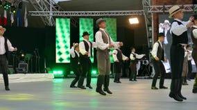 Grupp av dansare från Ungern i traditionell dräkt lager videofilmer