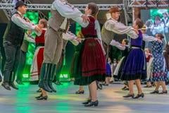 Grupp av dansare från Ungern i traditionell dräkt royaltyfri foto