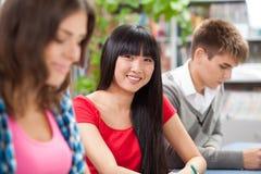 Grupp av deltagare i ett klassrum arkivfoto