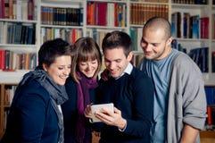 Grupp av deltagare som använder tabletdatoren Arkivfoton