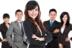 Grupp av den asiatiska unga businesspersonen, kvinna som en stan lagledare Arkivbild