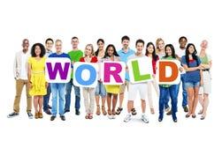 Grupp av den hållande världen för Mång--person som tillhör en etnisk minoritet folk Fotografering för Bildbyråer