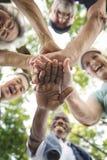 Grupp av den höga avgången som övar samhörighetskänslabegrepp arkivfoton