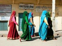 Grupp av den indiska kvinnan i härlig sari Arkivbilder