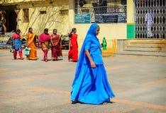 Grupp av den indiska kvinnan i härligt gå för sari Arkivbild