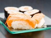 Grupp av den japanska sushi på magasinet Arkivfoton