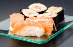 Grupp av den japanska sushi på magasinet Arkivfoto