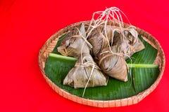 Grupp av den kinesiska risklimpen som förläggas på det traditionella rottingmagasinet Royaltyfri Foto