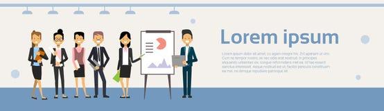 Grupp av den ledande presentationen för affärsfolk, utbildnings- eller konferensrapport som står över data på Flip Chart royaltyfri illustrationer