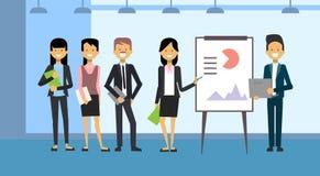 Grupp av den ledande presentationen för affärsfolk, utbildnings- eller konferensrapport som står över data på Flip Chart stock illustrationer