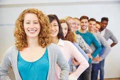 Grupp av den lyckliga tonåringen i rad Royaltyfria Foton