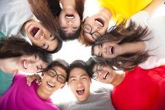 Grupp av den lyckliga unga asiatiska studenten Arkivbilder