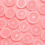 Grupp av den orange skivan i rosa färgfärg frukt och sommarbegrepp arkivfoto