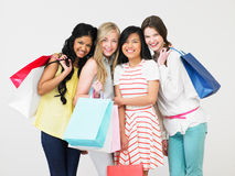 Grupp av den tonårs- flickan med shoppingpåsar fotografering för bildbyråer