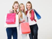 Grupp av den tonårs- flickan med shoppingpåsar Royaltyfri Bild