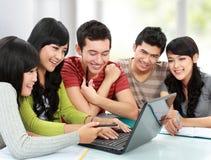 Grupp av den unga deltagaren Arkivbild