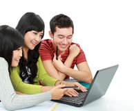 Grupp av den unga deltagaren med bärbar dator arkivfoto