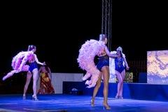 Grupp av den unga kvinnan som utför burlesk show i en nattklubb Arkivfoto