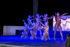 Grupp av den unga kvinnan som utför burlesk show i en nattklubb Royaltyfria Foton