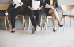 Grupp av den väntande på jobbintervjun för asiatiskt folk arkivfoton