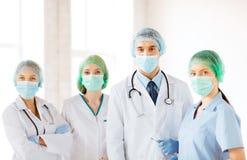 Grupp av doktorer i fungeringsrum arkivbilder