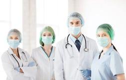 Grupp av doktorer i fungeringsrum arkivfoton