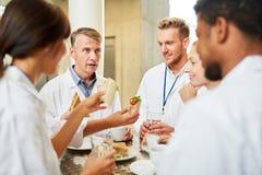 Grupp av doktorer i kafeterian på smalltalken arkivfoton